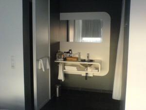 25hours - ein offenes Bad mitten im Zimmer...
